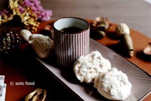 Biscuits meringués italiens aux épices et aux fruits secs