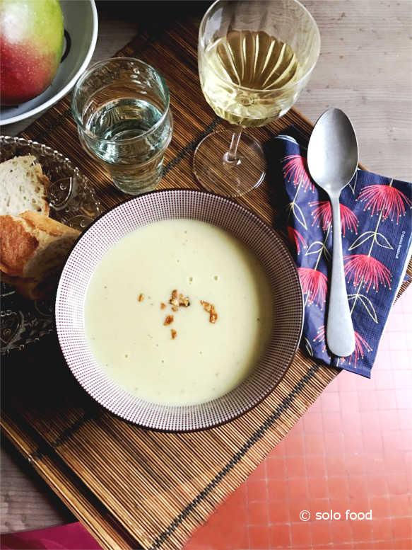 Broccoli soup with gorgonzola cheese