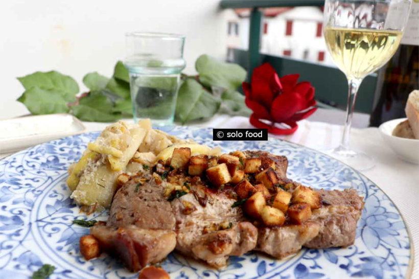côte de porc au romarin et aux croutons d'ail et citron