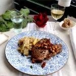 Côte de porc au romarin et aux croutons à l'ail et au citron