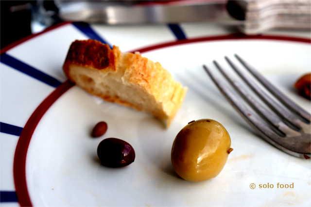 du pain, de l'olive et Cotso comme Roi