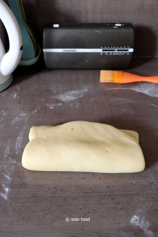 pâte danoise - pâte pliée en enveloppe et prête pour repos après façonnage