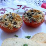 Tomates au crumble d'olives noires